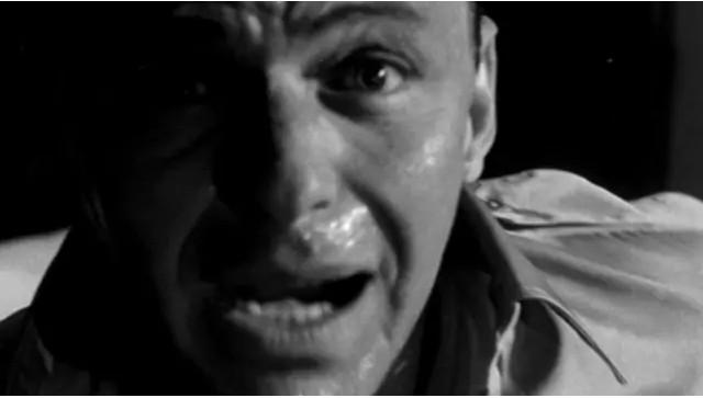 """Lavage de cerveau ! Le sergent Raymond Shaw (acteur Laurence Harvey) est contrôlé par les communistes dans le film """"The Manchurian Candidate"""" (1962)."""