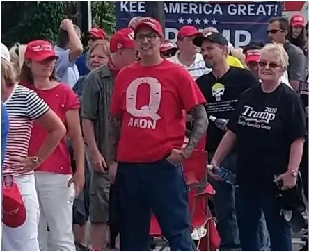 Un adepte de QAnon parmi les manifestants pro-Trump.